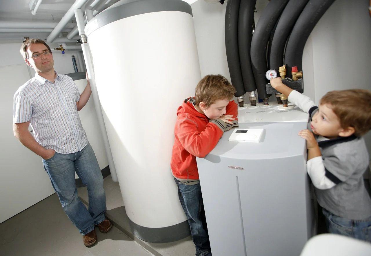 Die Wärmepumpe kann auch im unbeheizten Kellerraum installiert werden.