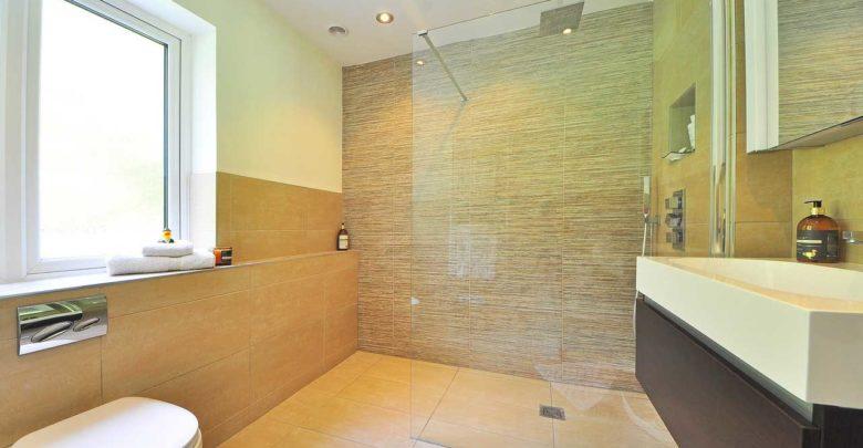 Sicherheitsglas als Abtrennung für die Dusche