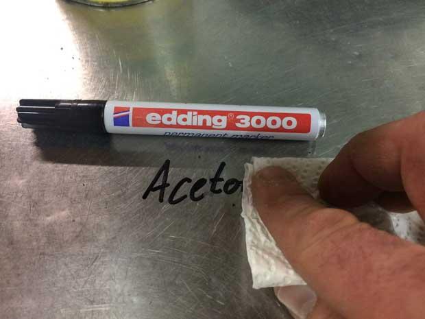Aceton löst Edding von glatten Oberflächen.