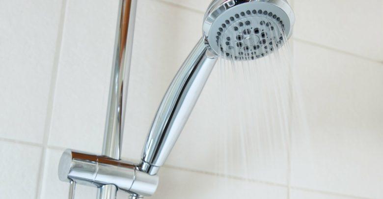 Photo of Duschen aus Edelstahl und Glas vor Kalk schützen