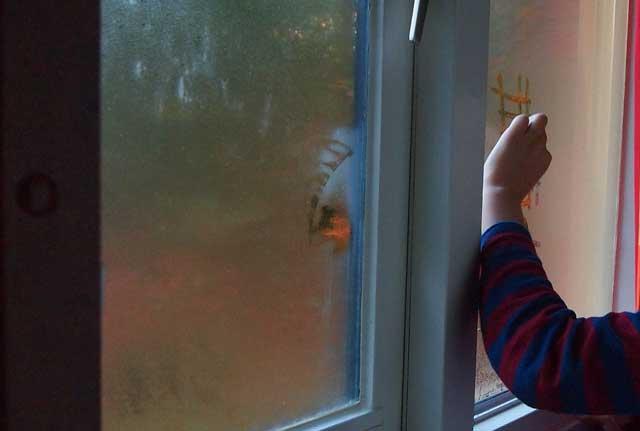 Beschlagene Fenster lassen sich gerade in aller früh erkennen.