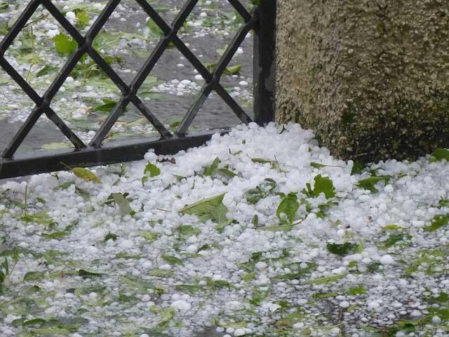 Auch schwerer Hagelschlag kann ein Dach beschädigen.