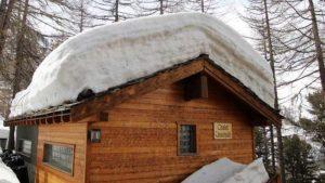 In Regionen mit größerer Schneebelastung ist eine regelmäßige Überprüfung der Statik des Dachs empfehlenswert.