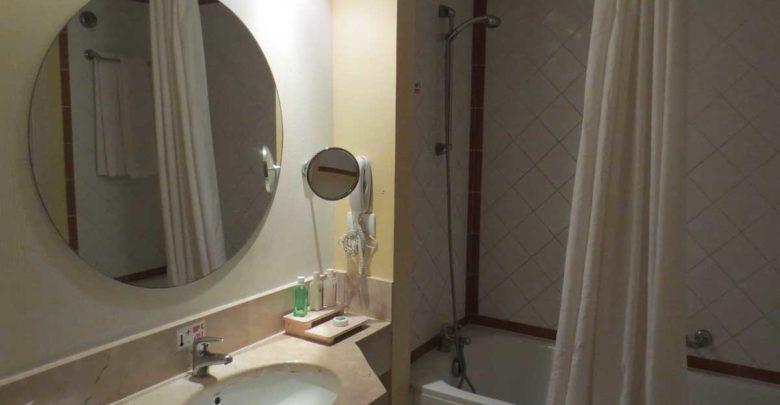 kosmetikspiegel ohne bohren schwenkbar mit beleuchtung. Black Bedroom Furniture Sets. Home Design Ideas