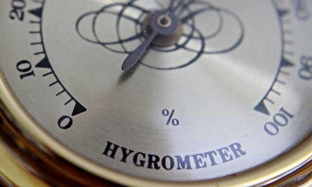 Luftfeuchtigkeit messen mit einem Hygrometer.
