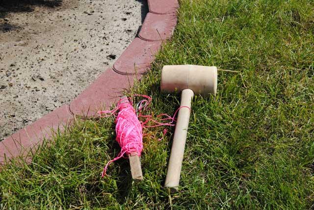 Rasenkantensteine verlegen, Werkzeug wie Gummihammer und Schnur gehören dazu.