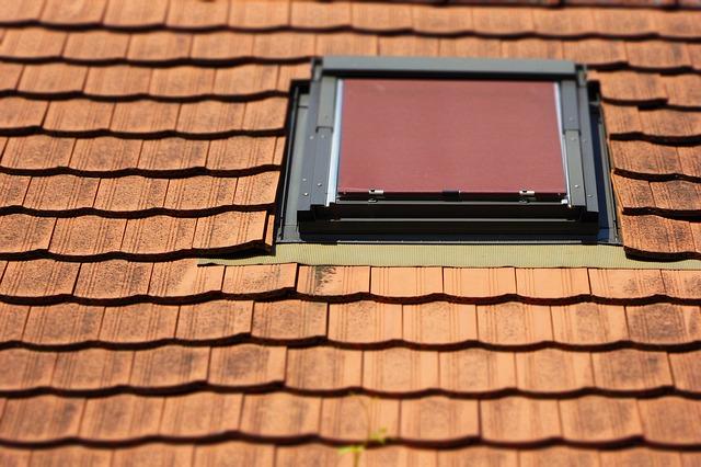 Fenster sind die Lindenblattstellen einer ansonsten guten Dachdämmung. Eine dicke Lage Styrodur wirkt hier bei schweren Hitzewellen Wunder.