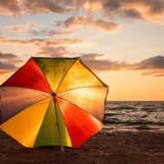 Sonnenschirm reinigen – So bekommen Sie Flecken und Verschmutzung weg